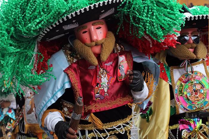 Los zacapoaxtla del carnaval de Huejotzingo portan sombreros de gran tamaño y ropas coloridas
