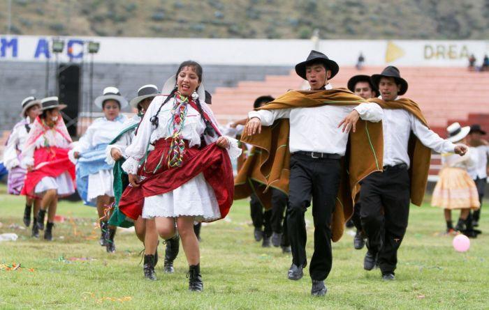 Ponchos, sombreros y polleras son las prendas más usadas durante el carnaval de Abancay