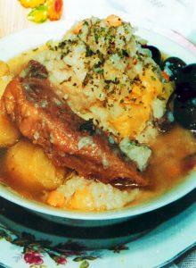 Puchero potosino es un plato tradicional que se compone de carne de res, garbanzo y arroz