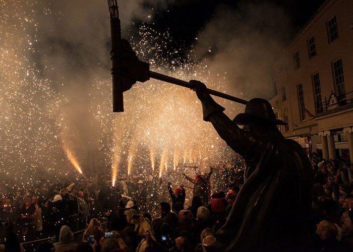 Squibbing es una celebración en donde utilizan fuegos artificiales para crear una lluvia luminosa en el carnaval de Bridgwater
