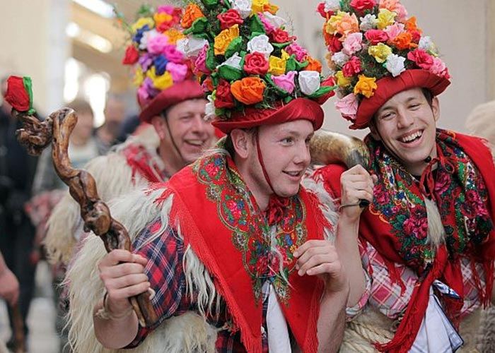 Una de las ceremonias más importantes del carnaval de Rijeka son los Zvončari, estos varias según la región. En Brgud usan cascos con flores