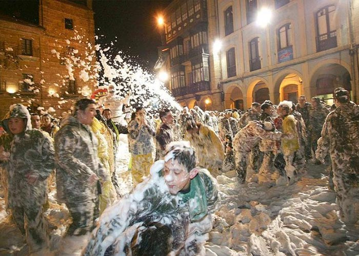 Uno de los principales atractivos del carnaval de Avilés es el Descenso Internacional y Fluvial de la Calle Galiana