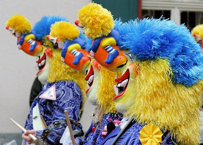 Los waggis son personajes emblemáticos que recorren las calles durante los carnavales de Mulhouse