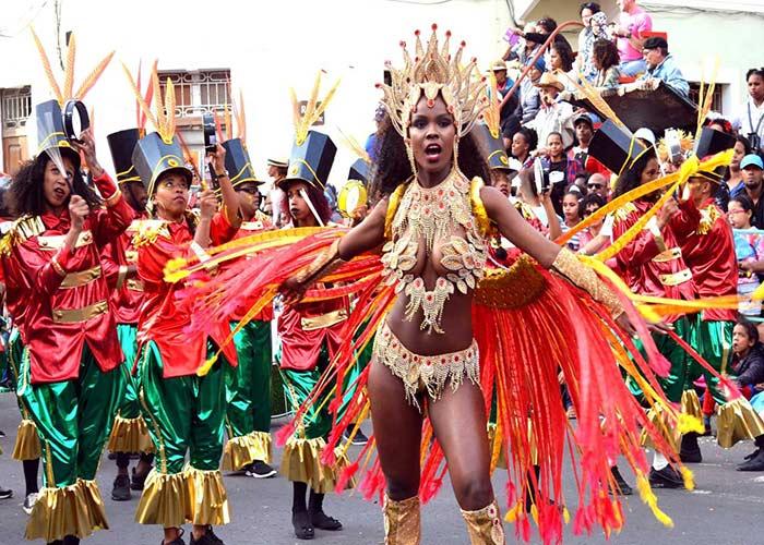 Durante los desfiles del carnaval de Mindelo, los participantes usan disfraces llamativos