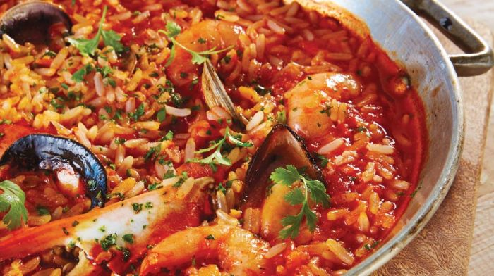 Arroz a la tumbada es un plato típico de la región con mariscos