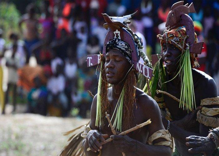 Los participantes del carnaval de Bijagós usan máscaras y atuendos que asemejan a la fauna de la región