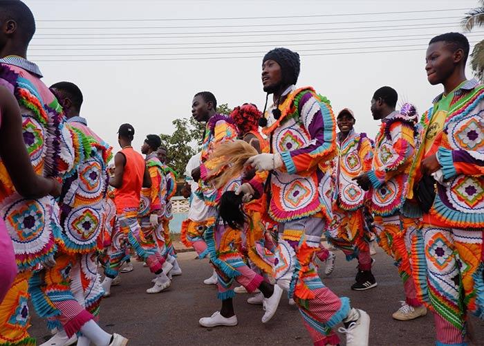 Las personas llenan las calles de la calle Takoradi para bailar a ritmo de la música variada