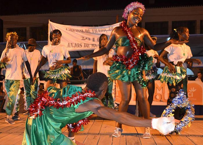 Las diferentes agrupaciones en el carnaval de Quelimane en una competencia de baile