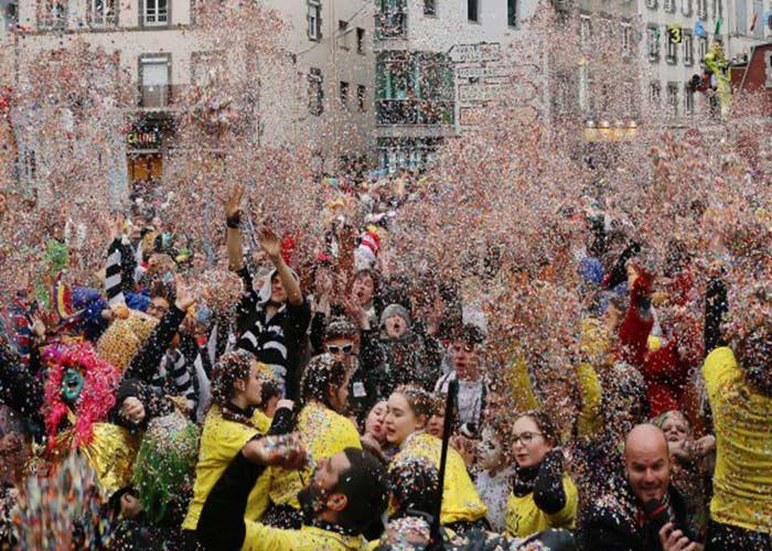 El último día del carnaval de Granville hay una batalla de confeti