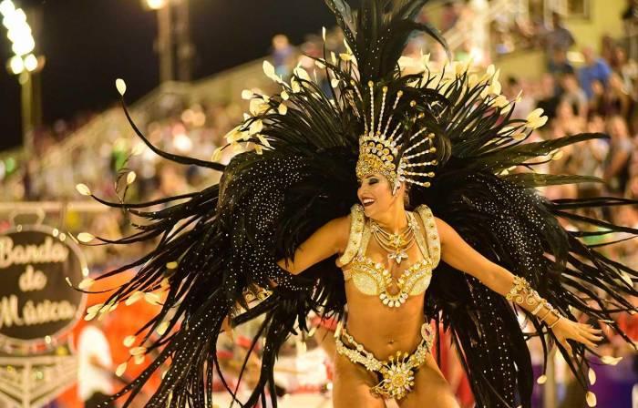 El Carnaval de Encarnación cuenta con 5 agrupaciones que visten de grandes y coloridos trajes