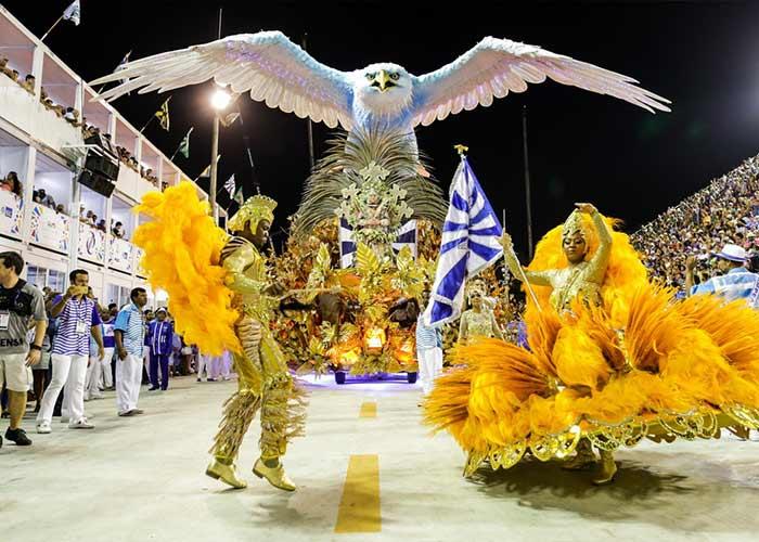 Cada una de las escuelas de samba posee trajes coloridos y carrozas