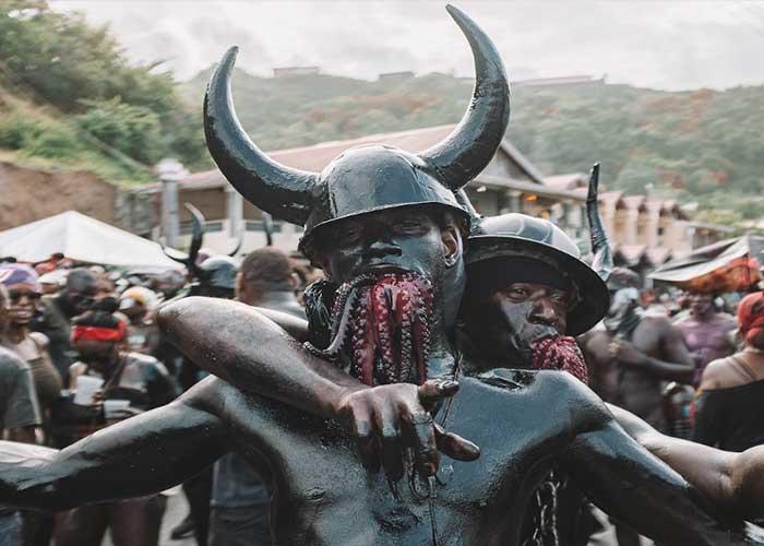 El Jab Molassie es uno de los personajes más tradicionales de los Carnavales Caribeños