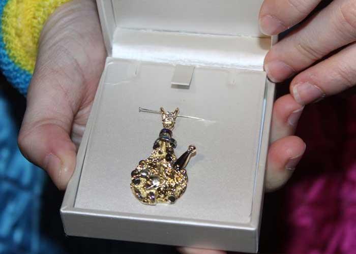El premio mayor de las cebollas del Carnaval de Aalst es una joya de diseñador