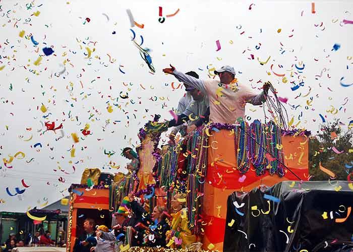 En el Mardi Gras de Biloxi arrojan toneladas de confeti y obsequios