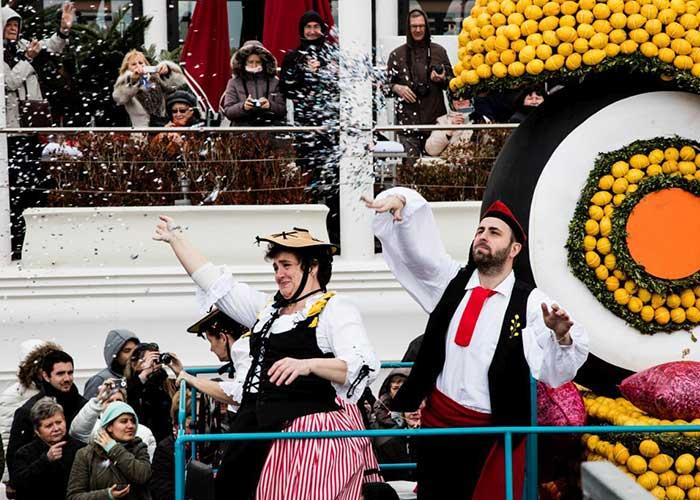 Las personas arrojan confeti desde las carrozas del Festival del Limón
