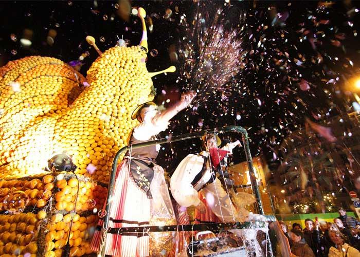 Los desfiles nocturnos son uno de los atractivos del Festival del Limón