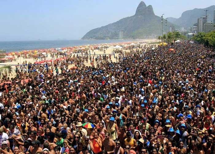 Miles de personas se reúnen en las calles para ver a los blocos