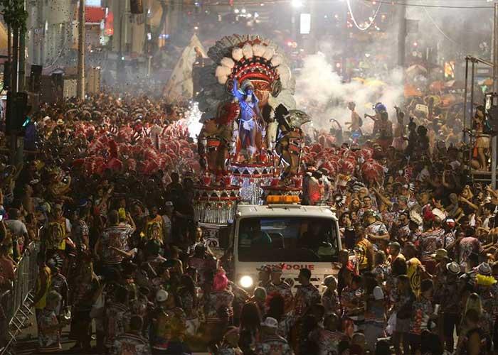 Miles de personas se reúnen para ver al Cacique de Ramos presentarse