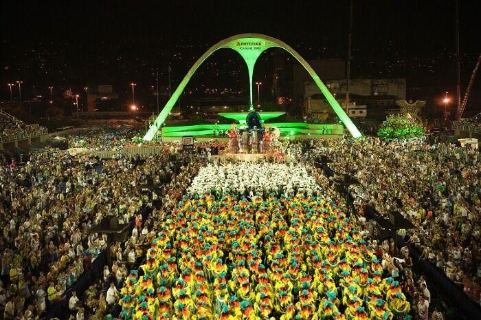 Miles de personas se reúnen para ver los desfiles en el sambódromo de la ciudad