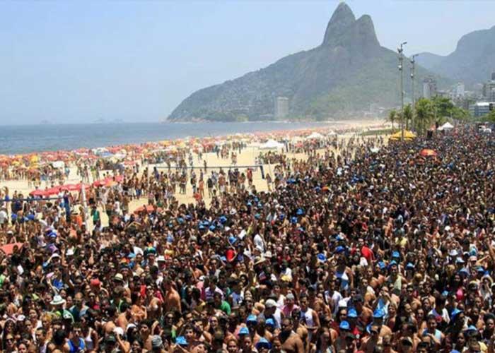 Miles de personas se congregan para celebrar en los blocos