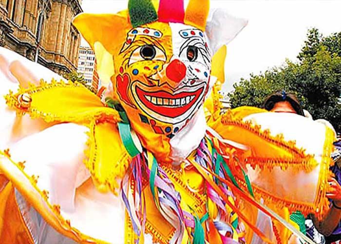 Todo el mundo se acerca a las calles para participar en el Carnaval de La Paz