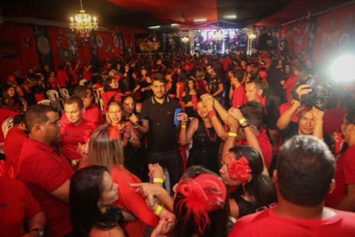 Todo el mundo viste de rojo y negro en el Baile de Carnaval de Vermelho e Preto en el Carnaval de Río de Janeiro