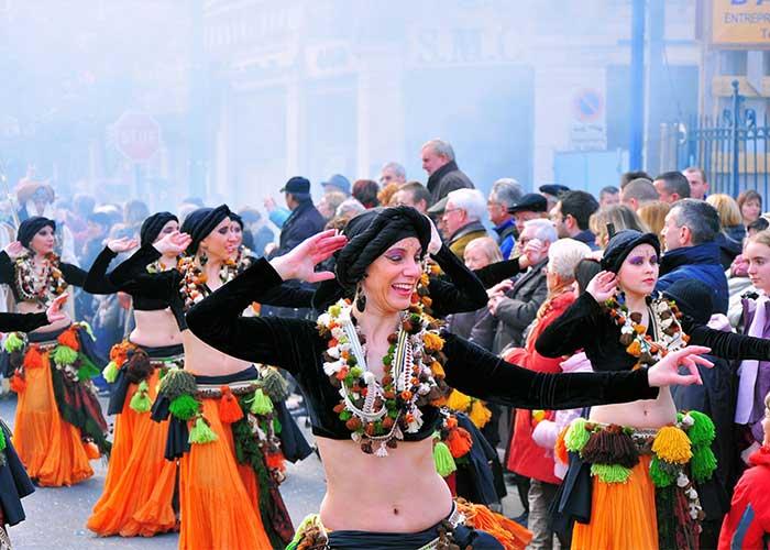 Varios grupos se presentan en las calles durante el Festival del Limón